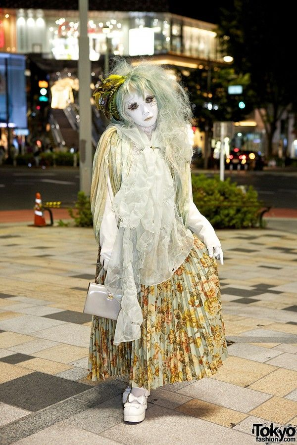 We ran into Japanese shironuri artist Minori in Harajuku after dark. Minori is impossible to miss, and always puts so much effort into her looks.