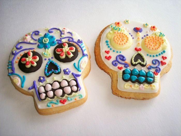 クッキーにアイシングでガイコツがデザインされています。ハートマークなども描かれてかわいらしいです。