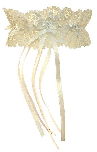 Délicate et raffinée, cette jarretière élégante sera magnifique sous votre jolie robe de mariée :http://www.mariage.fr/jarretiere-en-dentelle-large.html