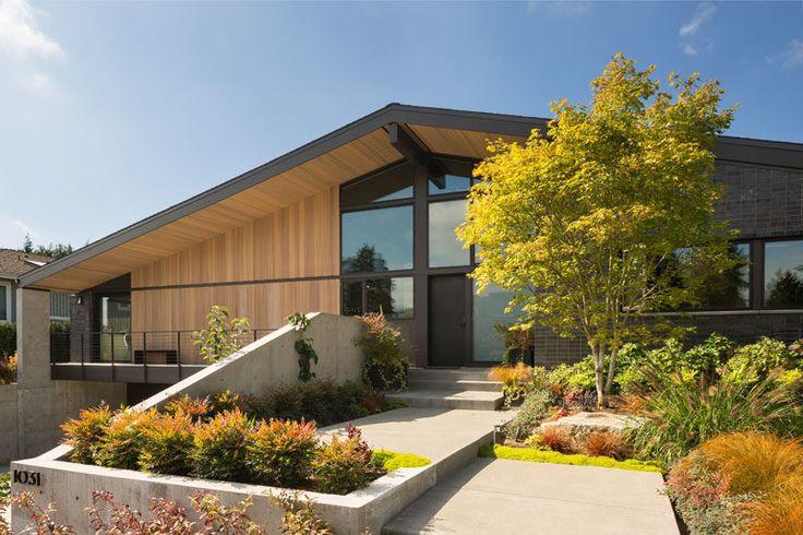 Lane Williams Arquitetos têm projetado este contemporâneo tijolo cinza e casa de cedro em Washington, que é inspirado pelas casas de meados do século que o rodeiam.