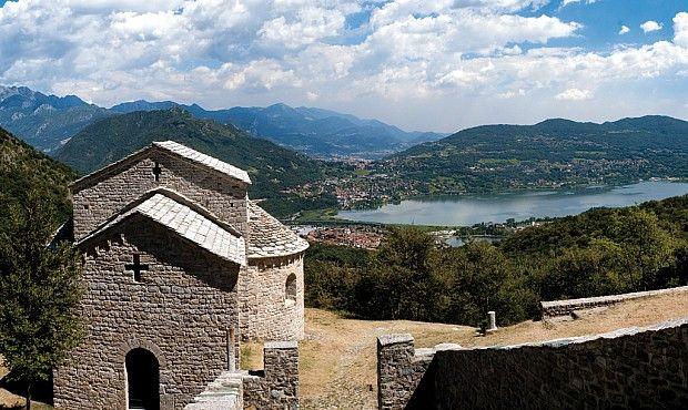 Capolavoro dell'architettura romanica lombarda, San Pietro al Monte si trova alle pendici del Cornizzolo, facilmente raggiungibile con una piacevole camminata su un antico sentiero lastricato.