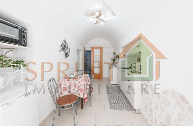 RIF.2708 Monopoli-Centro storico, zona Palazzo Palmieri, vendesi casa d'epoca con ingresso indipendente composta da ingresso-cucina abitabile, bagno, camera matrimoniale, camera singola e piccolo atrio interno. Adibita a casa vacanze.