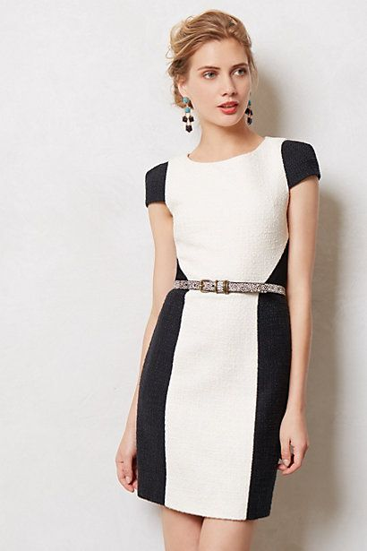 Krój sukienki i dwa kolory symulują sylwetkę X