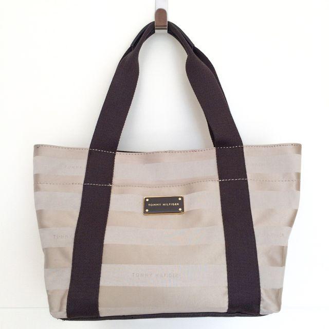 Tommy Hilfiger 6926811235 - 264₺ Krem rengidir, Elde taşınabilen Satchel/Mini Tote çanta. Kumaştır, Küçük boyuttadır. Sipariş için Arayabilir, SMS veya E-Posta yollayabilirsiniz.