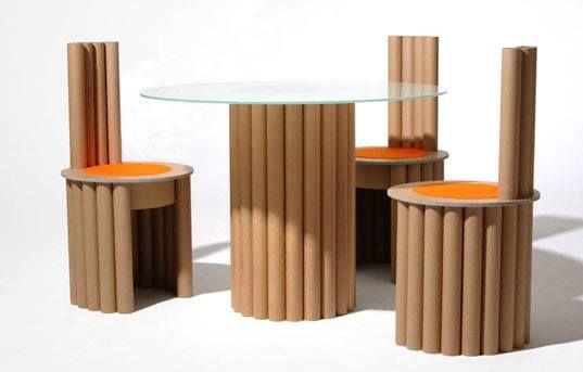 Comedor hecho con tubos de cart n y madera para los asientos para la mesa una base de vidrio for Asientos para comedor