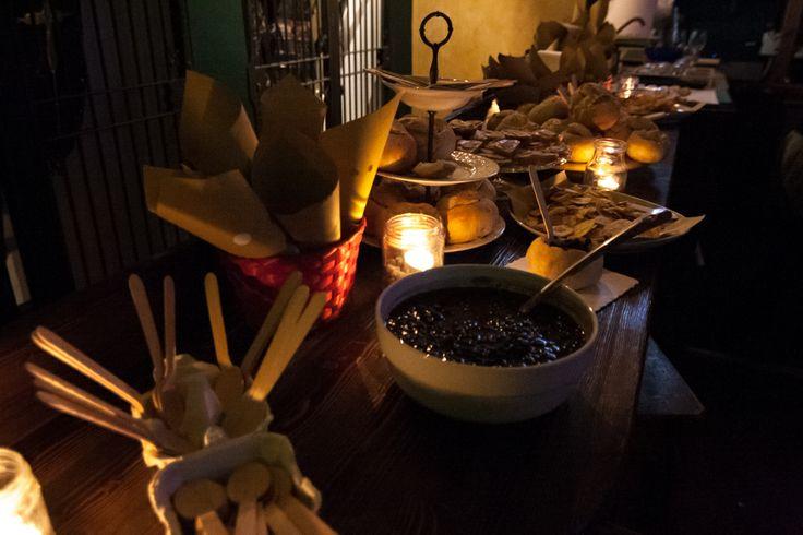 Buffet cubano: Fricoles (fagioli neri serviti in coppette di pane), Yuca fritta (manioca), mariquitas (banane verdi tagliate a rondelle fritte), tartine di salsa magica e cetrioli!