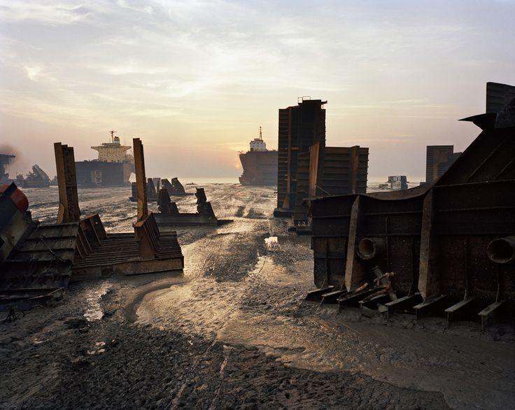 Shipbreaking #13. Chittagong, Bangladesch, 2000   © Edward Burtynsky/Courtesy Nicholas Metivier, Toronto und Stefan Röpke, Köln