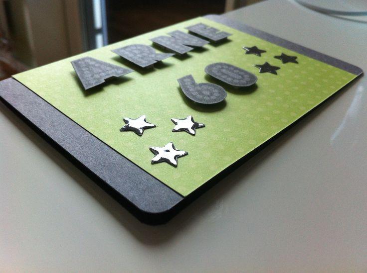 Grattiskort med bokstäver och siffror som jag stämplat på grått papper med svart färg. Klippte sedan ut bokstäverna och bokstäverna. Stjärnorna är utstansade och har fått glossy accent.