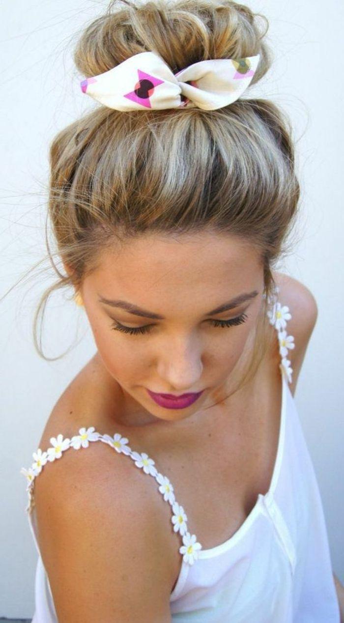 weiße bluse, blonde haare, hochsteckfrisur mit haartuch