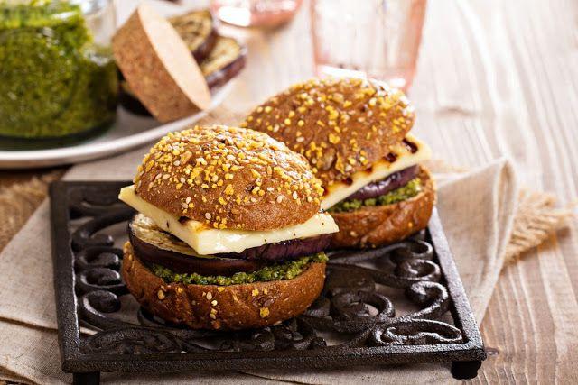 fahrwasser: Вегетарианский бургер с песто, халуми и баклажанами-гриль