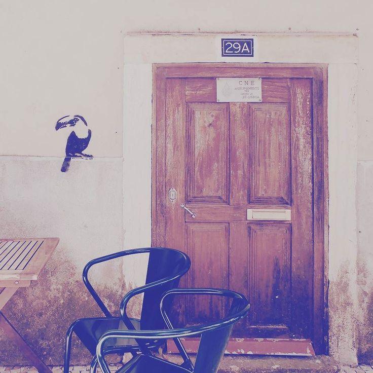 Cruzes Credo tempat brunch hits di #Lisbon. Datang sekitar jam 09.30 sebelum matahari melangkah terik.  Duduklah di luar sambil menyimak fado atau cuci mata lihat kerepotan rombongan turis.  Kopinya belum sejago skena #Cipete namun tostas (toast)-nya juara dan mengenyangkan. Pelayanan juga ala Portugal santai abis...  . # #kopi #coffee #coffeetime #portugal