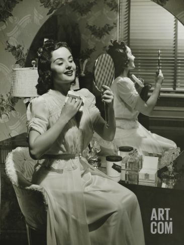 40 S Women Looking In A Vanity Woman Looking At Hand