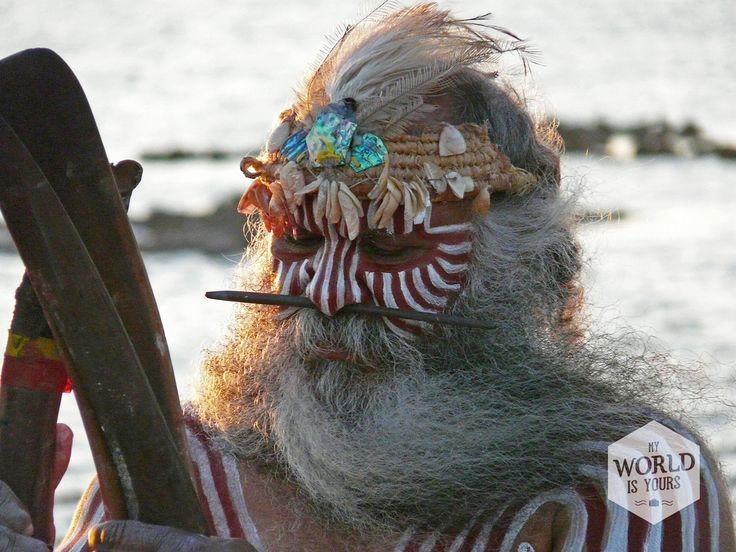 Het is een fantastisch gezicht: de oudste man van de familie met een lange grijze baard en een pin door zijn neus, neemt de leiding. Op het stille strand aan het meer geeft hij met zijn boemerangs het ritme aan van hun eigen dans, die zich afspeelt tegen een oogverblindende zonsondergang. De dans vertelt het verhaal van hun ontstaan, hun voorouders, hun dromen, zoals de Aboriginals het zelf noemen. #Aborigenes http://www.myworldisyours.nl/places/coorong