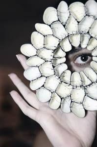 """Spilla - Niki Stylianou - Gracia - Realizzata con guanti di gomma - Opera esposta alla mostra """"Matter + Vessels"""" - Presso Amarantojoies - Barcellona (Spagna) - Gennaio/Marzo 2014"""