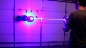 Evet, arkadaşımız yılmamış çalışmış çabalamış ve evinin garajında baya baya lazer silahı olarak adlandırılabilecek bir icat yapmış. Balonları patlatıyor, bir şeyleri yakıyor ve neyi nasıl yaptığını anlattığı videoyu Yu...