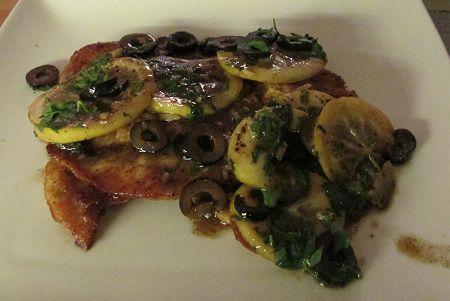 Kipschnitzel in witte wijn/citroensaus met zwarte olijven en peterselie