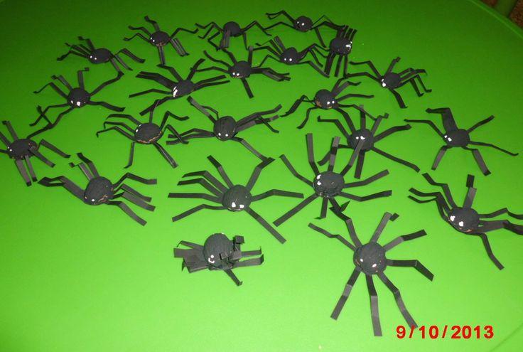 pavouci ze skořápky ořechu