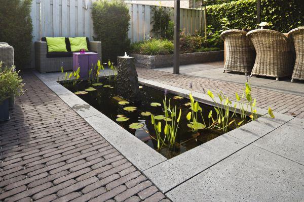 tuinvoorbeeld-tuinaanleg-patiotuin-strakke-vijver-sfeervolle-tuin-gebakken-waalformaat-klinkers