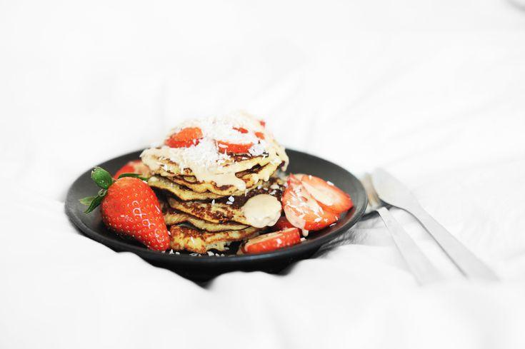 Ingredienser till 6 små pannkakor, lagom till 1 person: 1 mogen banan 2 ägg 0,5 dl kokosflingor lite kardemumma en nypa salt Gör såhär: Mixa samman alla ingredienser med en stavmixer. Stek pannkakorna (0,5 dl smet per pankis brukar vara bra) på hög värme i lite smör. Servera dem med exempelvis jordnötssmör (jag blandar ut det med lite vatten så att jag kan ringla det över pannkakorna), kokosflingor och färska bär.