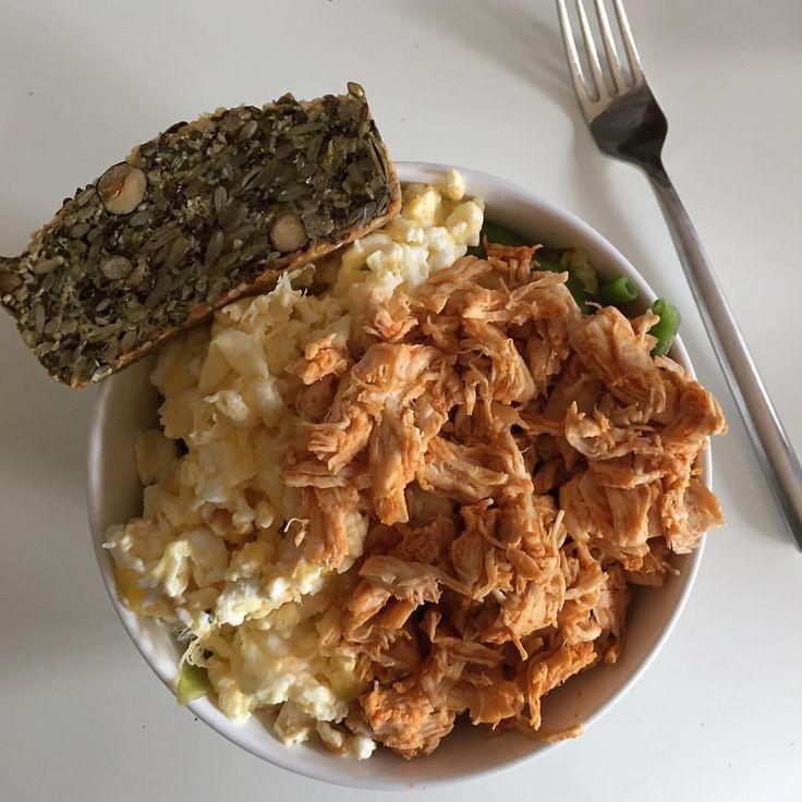 Mange har spurgt mig om jeg spiser ligeså meget på hviledage - det gør jeg! 🎉 Måltid 1 (👆🏼) er pakket sammen med måltid 2 (stort set magen til) og en bar som snack 🍫  • varmrökt lax makrill tomatsås, äggvita äggröra ägg, rågbröd .. myfood