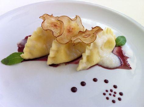 Mezze lune cacio e pepe con vellutata di pere e riduzione al vino rosso , ricetta inserita da Daniele Frioni