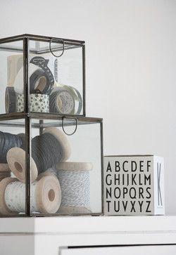 Dekorative Elemente im #Wohnbereich mit Glaskästen #Wohnidee
