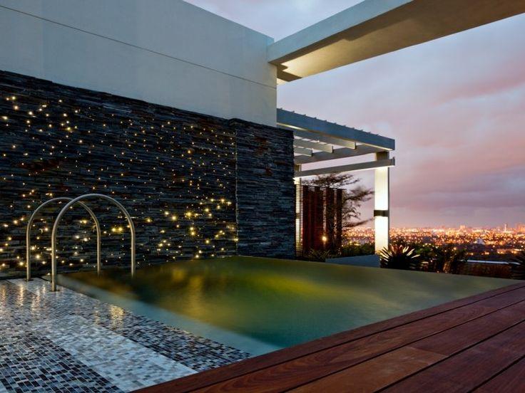 Voilà une oasis urbaine moderne– la maison de luxe à Miami avec un petit îlot de verdure perché sur son toit! Découvrez la terrasse sur toit plat luxueuse