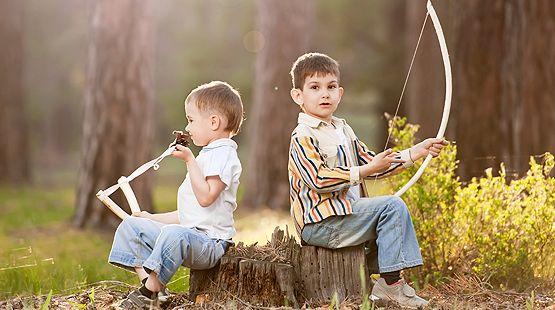 Bewegungsspiele in der Natur: Wie Sie Kinder in der Natur mit dem Wald-Tastspiel, einem Wald-Mikado, Pfeil und Bogen und einer Nachtwanderungen beschäftigen.