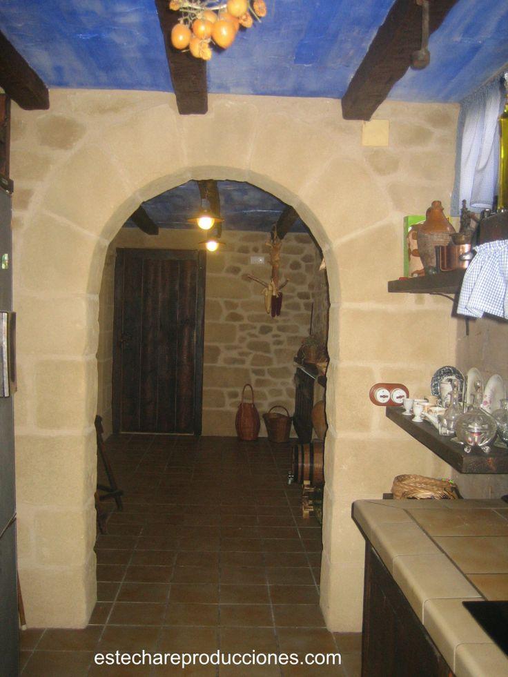 Tematizaci n de piedra artificial en arco separador de - Decoracion de bodegas particulares ...