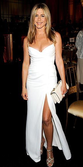 JENNIFER ANISTON in a white Burberry gown with a high slit