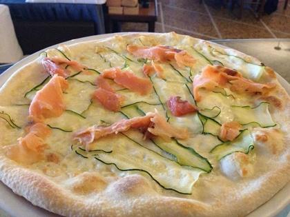 NORVEGESE  di Marco Pellegrini (Livorno).    Il nome della pizza è dato dalla presenza del salmone fresco, che è l'elemento distintivo della farcitura. Inoltre, la farcitura prevede anche mozzarella fiordilatte e zucchine.   E' una ricetta di Marco Pellegrini pizzaiolo del ROMITO Hotel-Ristorante-Pizzeria di Antignano (LI) - Via Littorale, 274 - Tel. 0586580520 http://www.ilromito.it   Fonte: Guida alle Pizzerie d'Italia - Edikronos, http://www.guidapizzerieditalia.edikronos.it/
