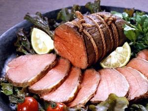 播州ハムさんの和風ローストビーフ。  お箸で食べられる とろける美味しさが人気です。    「赤身の肉は柔らかく、ジューシーで塩加減がほどよく、黒胡椒がピリリときいています。添付のたれをつければ、いちだんとこくのある味に。  ナイフとフォークよりお箸で食べるのがぴったりのローストビーフ..」と某女性誌でご紹介頂きました。    国産牛もも肉を伊豆大島産伝統海塩と、沖縄産さとうきび砂糖で和風味に味付けし、専用ロースターでゆっくりと焼き上げました。     赤ワインや吟醸酒にも良くあいます。ホームパーティーのメインディッシュに、頑張った自分へのご褒美にお薦めの一品です。