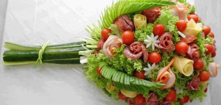 Un ramo de flores como entrada: flores de fiambre y queso, tomates cherry, hojas de lechuga y troncos de pepino.