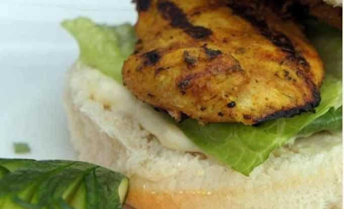 Ce sandwich exprime l'essence des saveurs asiatiques et indiennes. Le basilic, la menthe, la coriandre, le gingembre, la lime et la sauce soya sont fusionnés avec les épices indiennes populaires de curcuma et de cumin.   Le Poulet du Québec