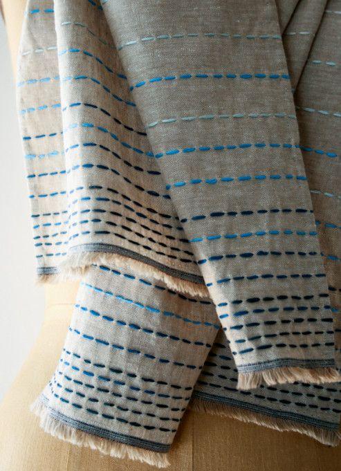 Льняной шарф в бохо-стиле / Натуральная льняная ткань, хлопчатобумажные нити мулине, немного усилий - и в итоге шарф в бохо-стиле.