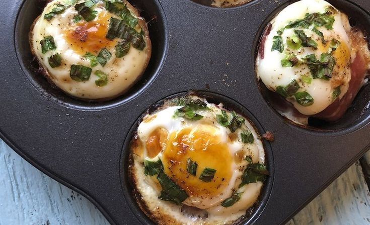 Tee aamiaisesta astetta parempi ja herkuttele pekonista ja kananmunista tehdyillä aamiaiskupeilla.