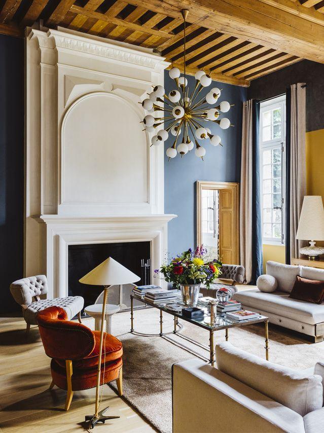 Entre cour et jardin, un hôtel particulier XVIIe de la Rive gauche se connecte au présent à travers une sélection pointue de pièces d'art et de design, dans l'esprit du moment.