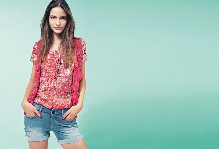 Яркий вязаный жилет кораллового цвета прекрасно сочетается с легкой шелковой блузой и шортами в мелких заклепках. #Motivi #Summercollection #Motivisummer2013 #shorts #urbanstyle