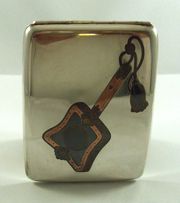 Online veilinghuis Catawiki: Zilveren sigarettenkoker met inlegwerk van koper en brons, China, 1e helft 20e eeuw