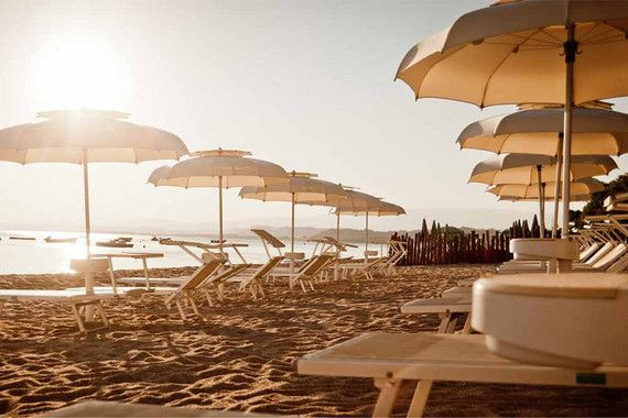 Sanft berühren Ihre Füße das Wasser, während Sie entspannt auf der Hängematte im Meer (ja, Sie haben richtig gelesen – im Meer) schaukeln und den Blick über das tiefblaue Meer bis zum Horizont schweifen lassen. Urlaub in Italien am Meer könnte nicht erholsamer sein, als im wundervollen Strandhotel Praia Art Resort. Alles ist in diesem 5-Sterne Hotel am südlichen Zipfel Italiens darauf ausgelegt, Ihnen entspannte Tage zu bescheren.