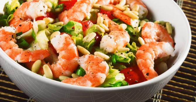 Recette de Salade fraîche de crevettes aux tomates et pignons de pin. Facile et…