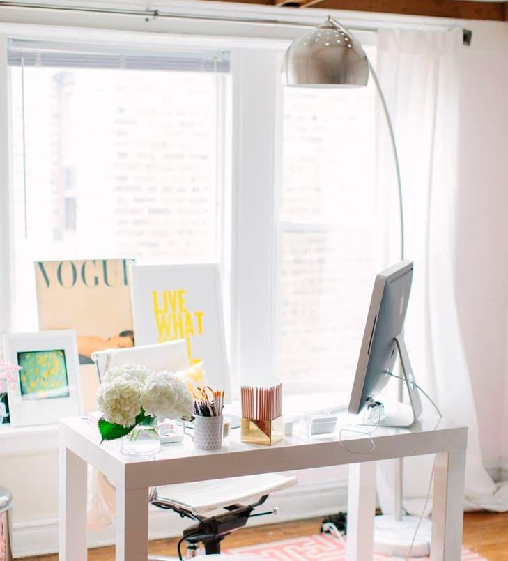 LUZ NATURAL Y ARTIFICIAL La iluminación es clave: así que busca un rincón con mucha luz cerca de la ventana. Apoya la iluminación solar con una fuente de luz artificial en forma de lámpara de sobremesa o de pie.