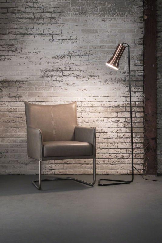 Lampadaire Triangle    Lampadaire en métal noir avec abat-jour en laiton, prend son nom à son pied en forme de triangle qui lui assure une stabilité malgré sa finesse.    Hauteur 1m50 / Diamètre 40 cm / Ampoule E14