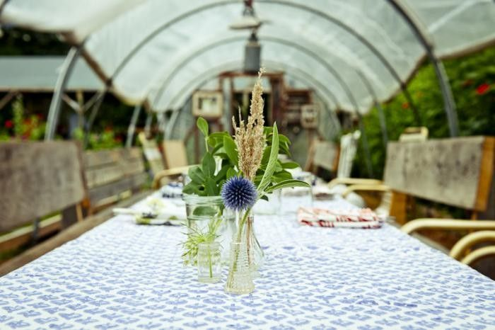 Dinner at Beetlebung Farm, Gardenista: Tables Sets, Martha Vineyard, Starlit Greenhouses, Posts, Farms Flowers, Beetlebung Farms, Vineyard Editing, Dining Tables, Greenhouses Dinners