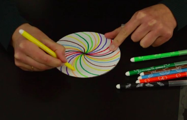 Il en faut peu pour amuser vos enfants. Vous cherchez une idée pour les occuper un après-midi? On vous propose de leur fabriquer une belle toupie colorée! Ce petit jouet traditionnel ne cesse de fasciner les petits, quel que soit son style. Alors, laissez vos enfants la décorer de toutes les couleurs et admirez leur …