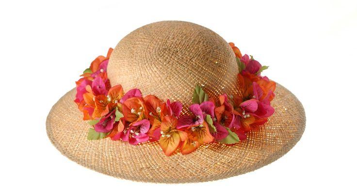 Como fazer um chapéu de palha trançada. A palha trançada existe em muitas larguras e grossuras. Ela é vendida em qualquer loja de artesanato, e é usada para fazer coisas como cestas, esteiras e chapéus. Existem muitos tipos diferentes de chapéus de palha, o chapéu básico para o sol é o mais fácil de fazer. Entrelace a palha para fazer duas partes separadas, que incluem a aba e a copa. ...