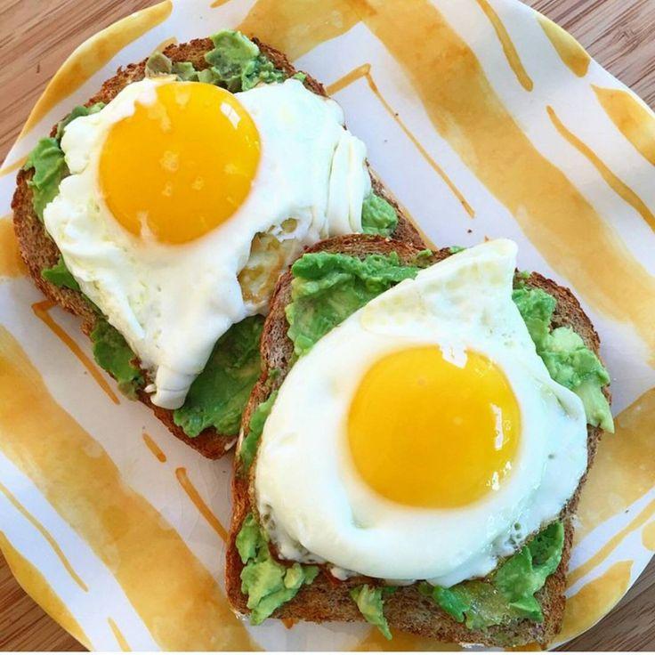 El desayuno perfecto !! 2 rebanadas de  pan integral con un poco  de aguacate y huevo cocinado tipo frito (solo agrega un poquito de agua al sartén y listo . Super fácil y balanceado !😉 #paulasaludable #desayunosaludable #breakfast #healthymeal #saludable  #balanceado #hábitos #habitosaludable #recetasfaciles #recetasaludable #