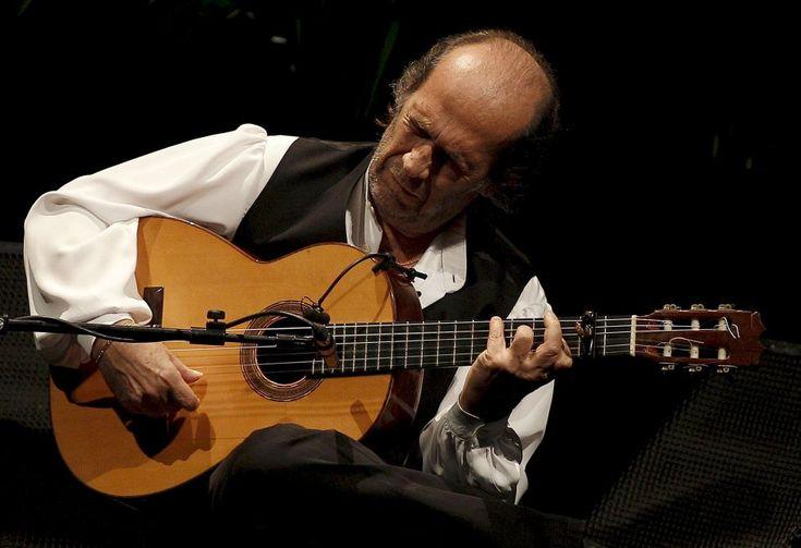 El guitarrista Paco de Lucía, en el Teatro Real de Madrid, durante los actos del Día del Flamenco para difundir la candidatura de este arte ante la Unesco para su inclusión en la Lista Representativa del Patrimonio Cultural en 2010.
