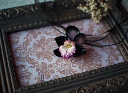 Изящный+кулон+`Черная+орхидея`..+Изящный+кулон+'Черная+орхидея'.++Таинственный+цветок+с+глубокими+оттенками+винного+и+фиолетового,+отливающими+горьким+шоколадом+и+переходящими+в+черный+цвет.++Украшение+подчеркнет+Вашу+индивидуальность+и+станет+прекрасным+подарком.