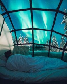 L'hôtel Kakslauttanen, en Laponie finlandaise, propose des igloos de verre pour observer les aurores boréales depuis son lit, au cœur de la forêt.